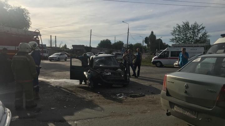 «Машина — в хлам»: на Пугачёвском тракте столкнулись пазик и «десятка»