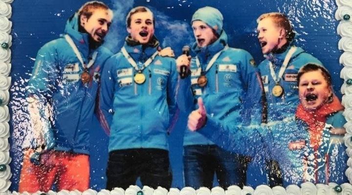 Комментатору Дмитрию Губерниеву подарили на день рождения торт с поющим Шипулиным