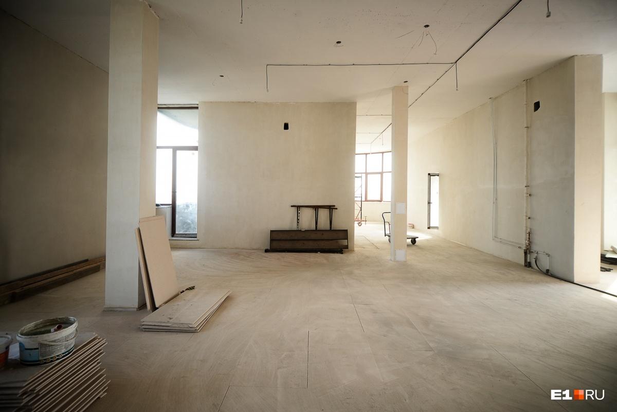 В пентхаусе идет ремонт. В таком виде он стоит 45 млн рублей. А с мебелью и всей обстановкой будет стоить около 90 миллионов