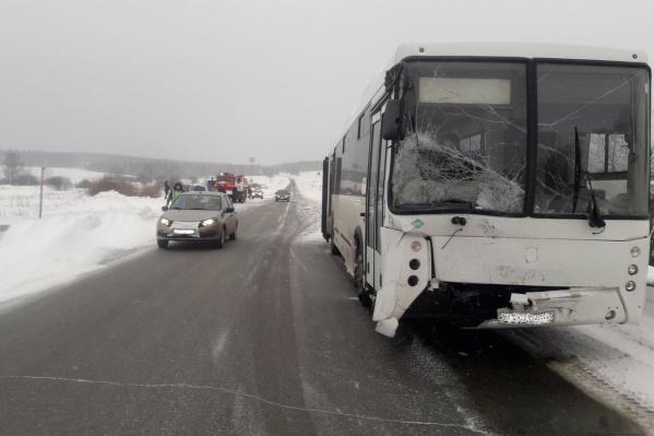 От удара у автобуса разбилось лобовое стекло