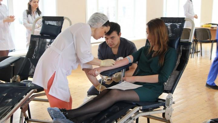 У сотен новосибирских студентов забрали кровь во время сессии