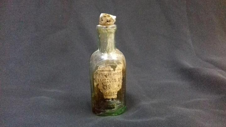 Новосибирец ремонтировал квартиру и нашёл под полом бутылёк со снадобьем начала XX века
