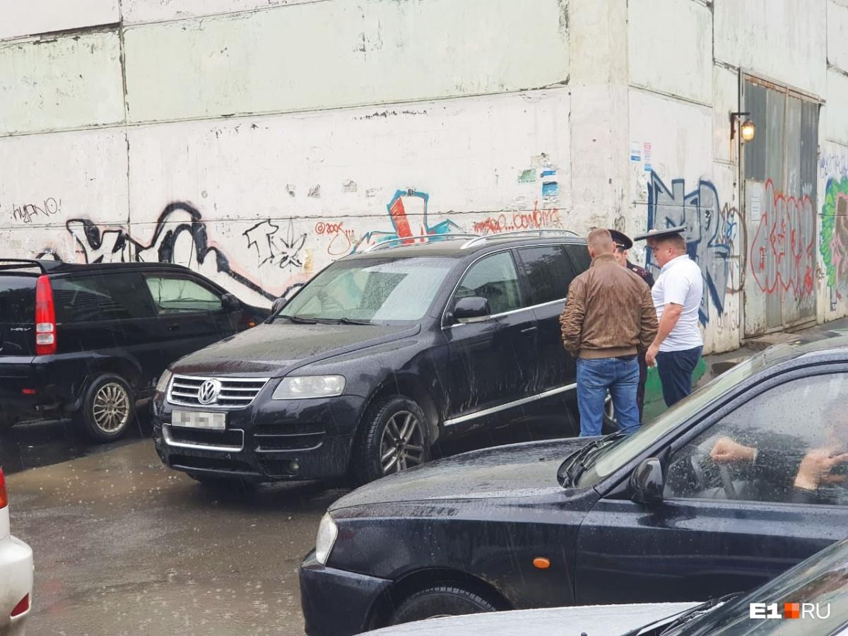 Свой транспорт нападавшие бросили на парковке — в нескольких метрах от еще живого Каримова