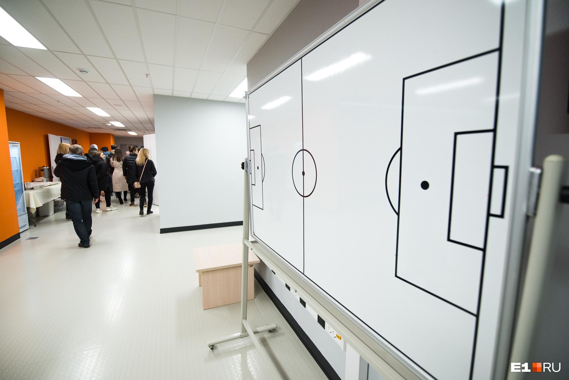В раздевалке есть доска, на которой тренер может «проигрывать» разные комбинации в перерыве