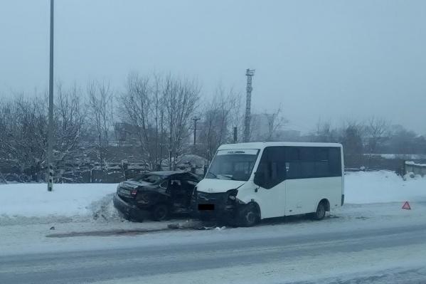 По предварительным данным, водитель легковушки не учел погодные условия и выехал на встречную полосу