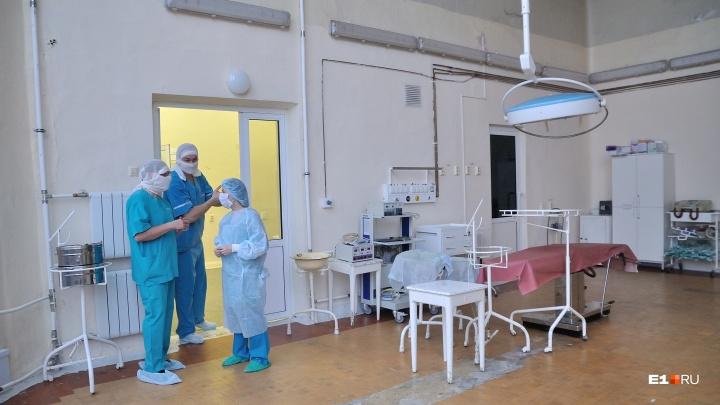«Сдавайте свои вопросы»: чиновники взяли под контроль общение уральских медиков с Москвой