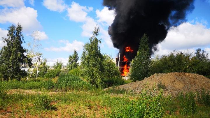 Чёрный дым виден за несколько километров: в Тарасовке произошёл крупный пожар