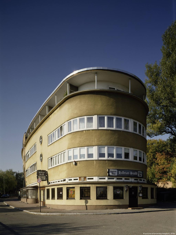 Сравните со зданием во Франкфурте, построенным в те же годы архитектором Баухауза Эрнстом Маем. Кстати, он один из первых немецких архитекторов приехал в СССР