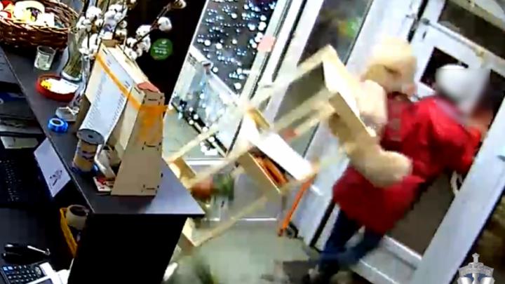 Дерзкое ограбление: уфимка, стащившая в магазине плюшевого медведя вместе со шкафом, попала на видео