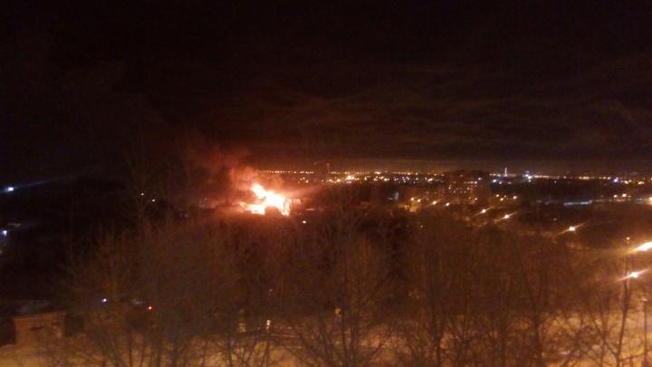 Третий пожар за сутки: в тюменском ДНТ горит частный жилой дом