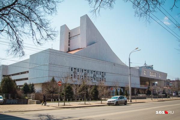 Большую часть выделенных на подсветку театра денег потратят в 2019 году