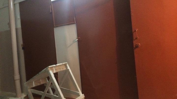 «Мы задыхаемся»: жители рыбинской многоэтажки пожаловались на вонючий ремонт подъезда