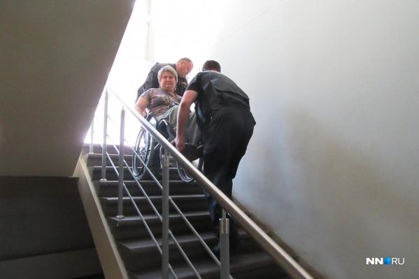 Подняться на второй этаж автовокзала инвалид может только «на ручках»