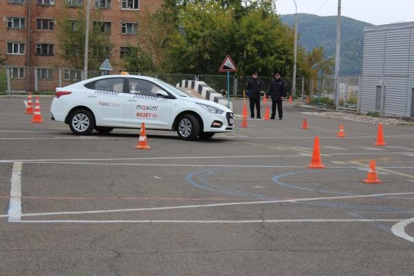 Одним из пунктов конкурса стало состязание в скоростном маневрировании и плавности вождения легкового авто на время. Например, нужно было проехать со стаканом воды на крыше, не разлив его