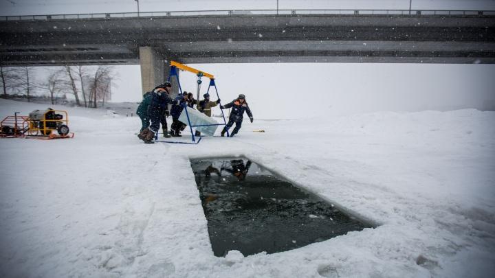 Фоторепортаж: в Новосибирске начали вырубать купели для крещенских купаний