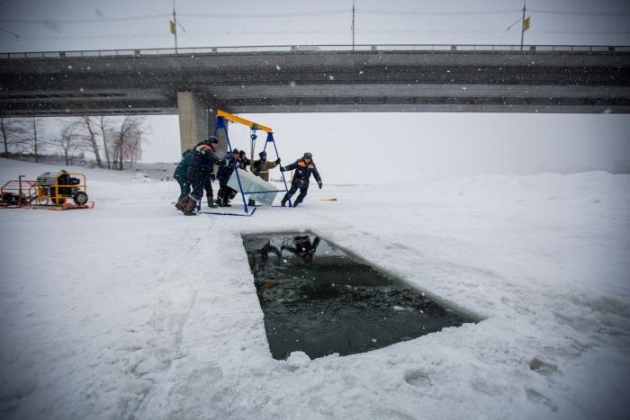 Спасатели прорубили купель возле Димитровского моста