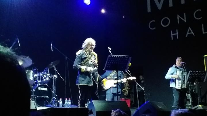 Сербские ритмы и вино для разогрева: Эмир Кустурица удивил нижегородцев зажигательным концертом
