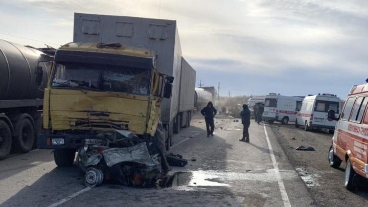 «Шестерку» разорвало на части: под Волгоградом четыре человека погибли в лобовом ДТП с КАМАЗом