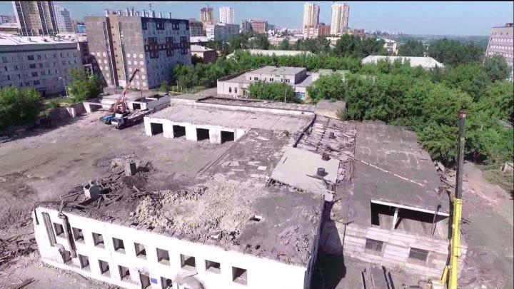 Рабочие сносят старые корпуса краевой больницы под строительство хирургического отделения