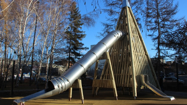 На Железнодорожников сделали сквер с 8-метровой пирамидой-лабиринтом из дерева