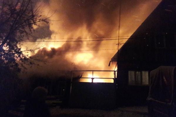 Пожар начался в четыре утра. Хозяева, по словам очевидцев, успели выбежать из дома