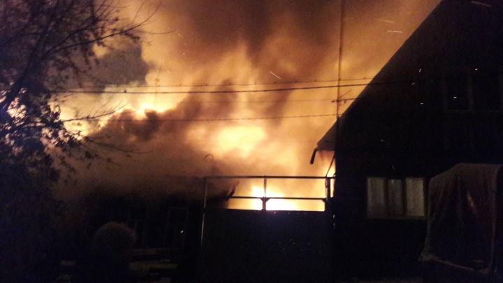 Под утро в Тюмени пожар уничтожил дом