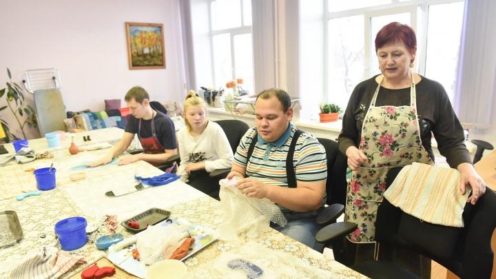 «Однажды мы отправили 400 открыток в Голландию»: репортаж из дома, где инвалидов учат зарабатывать