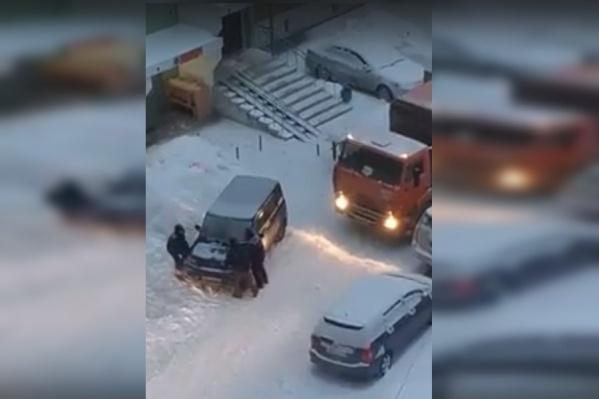 По словам автора видео, до этого жильцы 20 минут пинали авто и сигналили на весь двор, но никто не вышел
