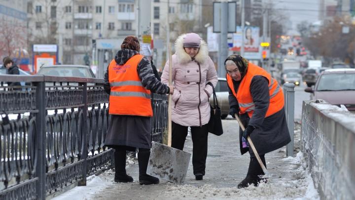 На уборку дорог, тротуаров и остановок одного из районов Екатеринбурга потратят 22 миллиона рублей