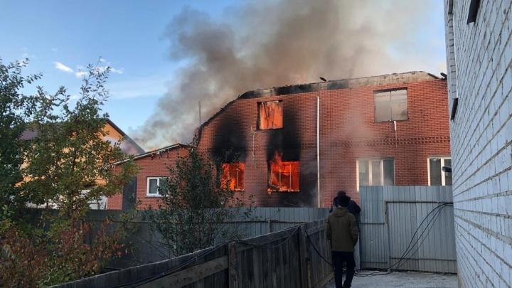 «Выгорел за считаные минуты»: на северо-западе Челябинска огонь уничтожил двухэтажный коттедж