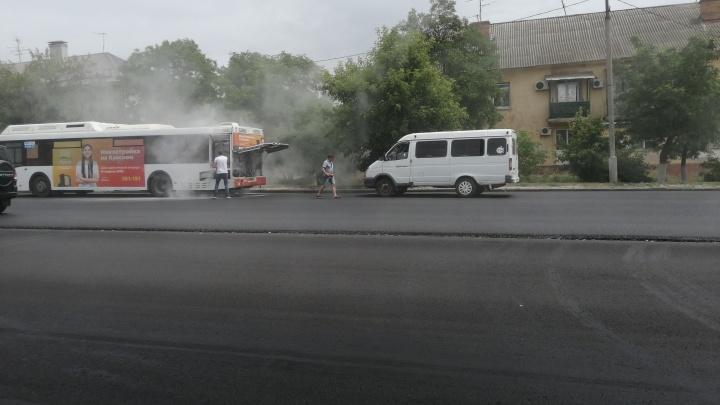 «Водители заливали своими огнетушителями»: в Волгограде на полпути «закипел» автобус