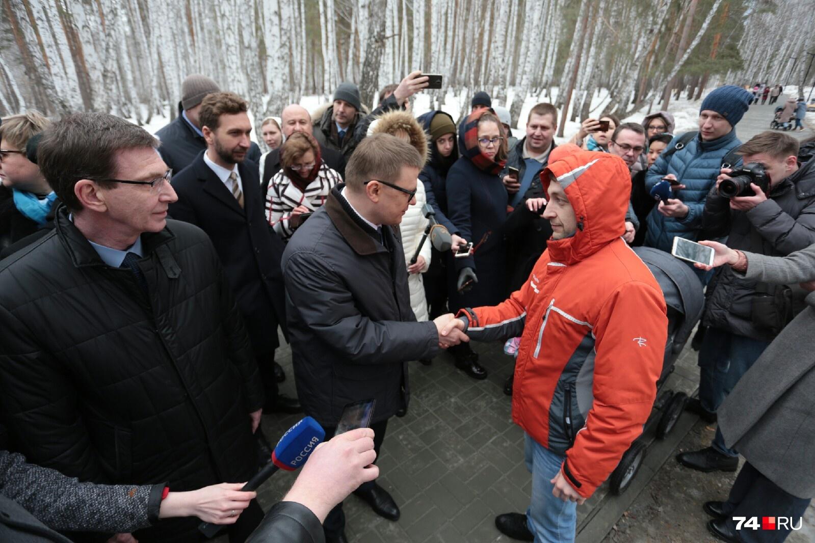 Алексей Текслер пообщался в парке с молодым отцом