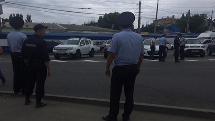 Полиция проверяет сообщение о перестрелке возле Тракторного рынка в Волгограде