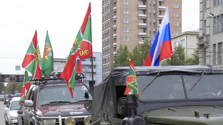 По Новосибирску промчалась колонна машин с флагами погранвойск