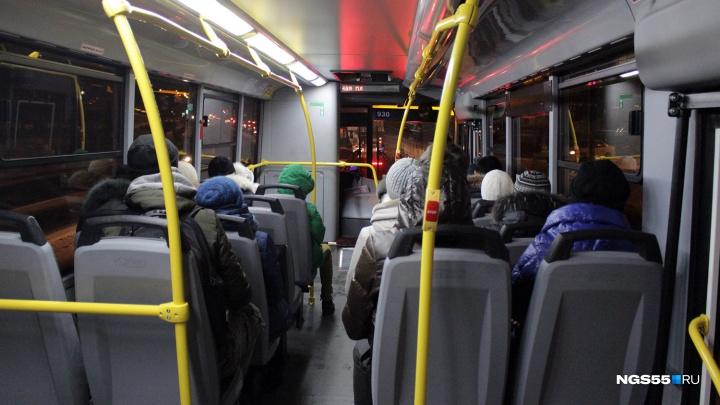 Беспорядок в общественном транспорте: как омичи пострадали от новой системы оплаты проезда