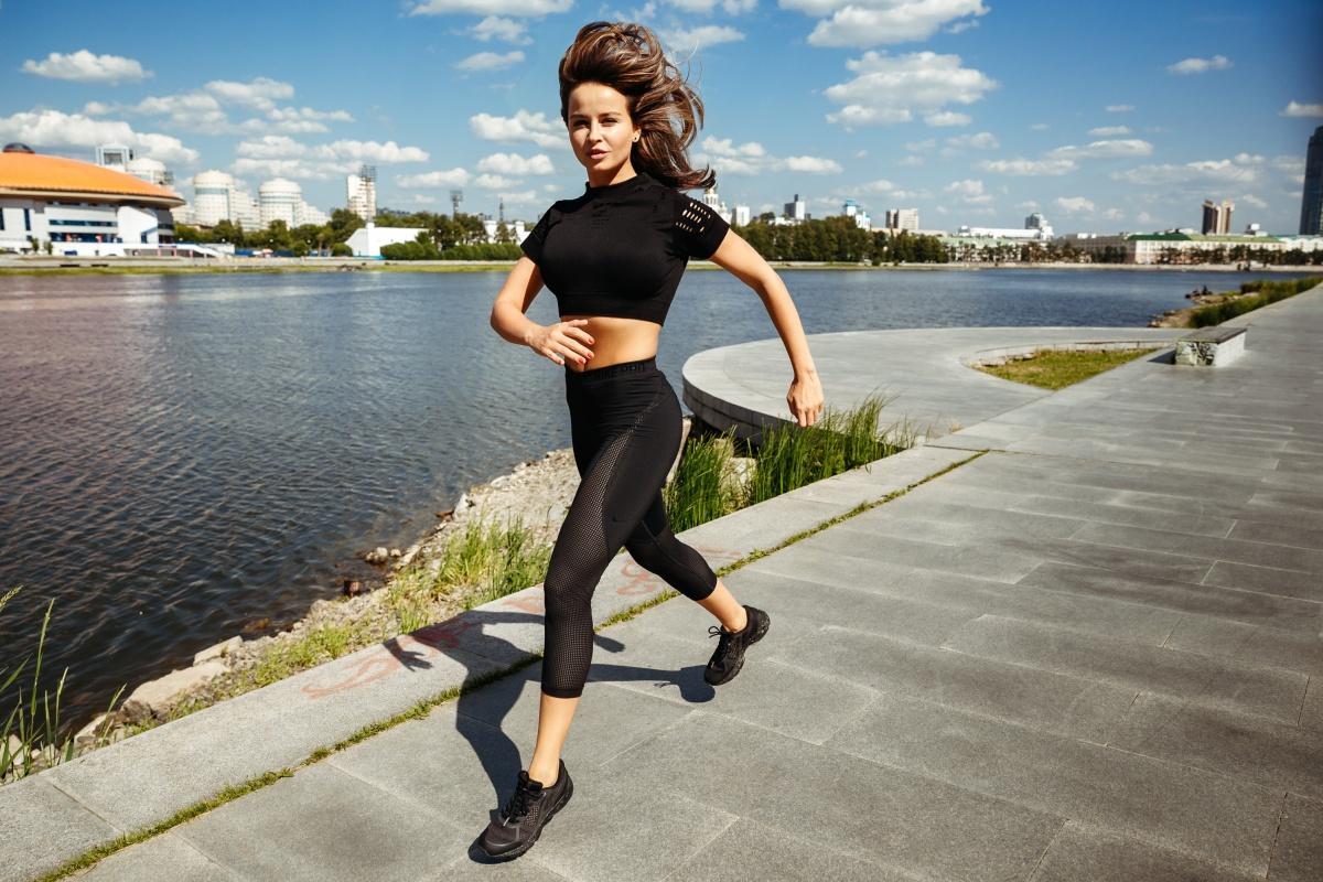 Десять километров Юлия пробегает меньше чем за час