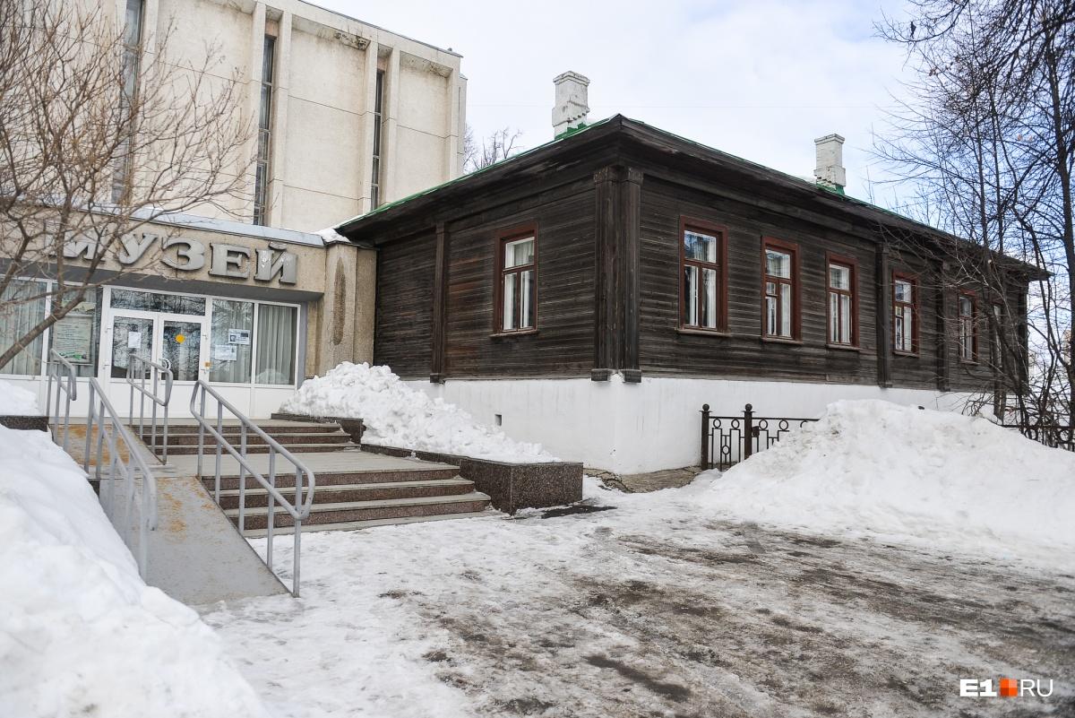 К дому сделан современный пристрой, где расположен Краснотурьинский краеведческий музей