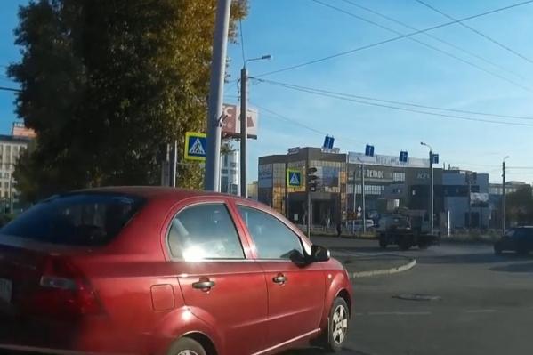 При развороте возник конфликт с водителем красного Chevrolet Aveo