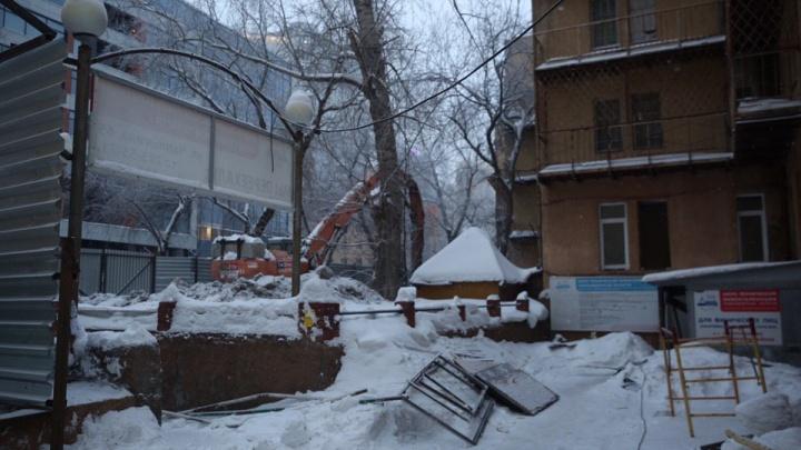 В Новосибирске начали сносить старейший дом-коммуну: полиция требует остановить снос дома