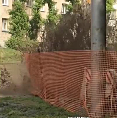 Фонтан воды вырвался из-под земли на Зорге