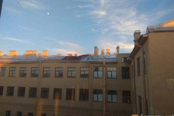 Крыша провалилась до первого этажа, говорят очевидцы