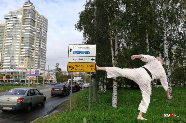 Практически все желтые рекламные дорожные указатели в городе — незаконны