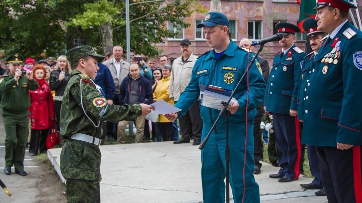 Сотрудники МЧС наградили кадета, который во время летних каникул спас тонущего мальчика
