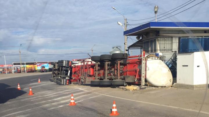 Под Ростовом возле поста ДПС опрокинулся грузовик-цистерна