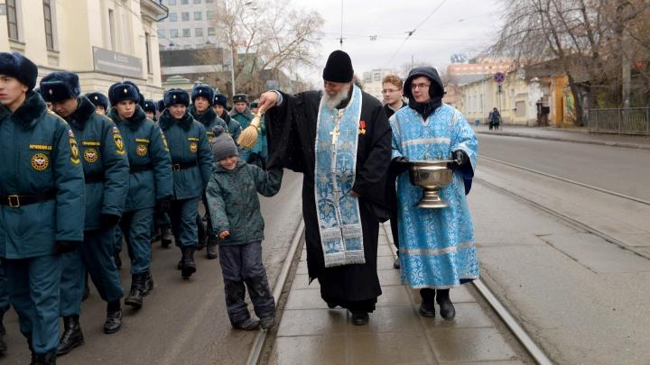 Тысячи верующих с портретами Николая II, казаками и оркестром прошли крестным ходом по Екатеринбургу