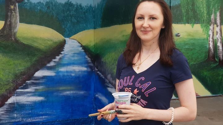 «Пейзаж на подъезде никто не ожидал»: жительница Кургана нарисовала картины площадью в 42 кв. метра