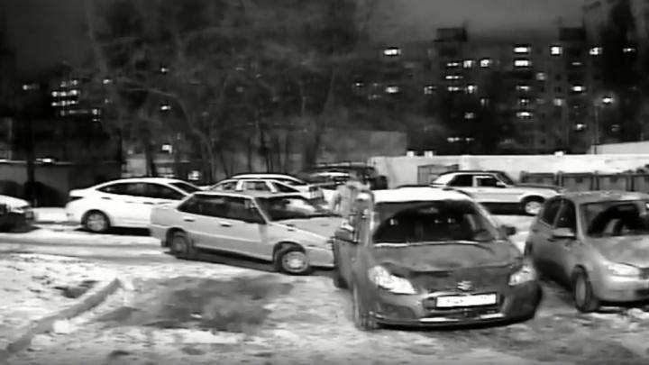Выезжал с парковки и задел три машины: камеры зафиксировали пьяные виражи самарца