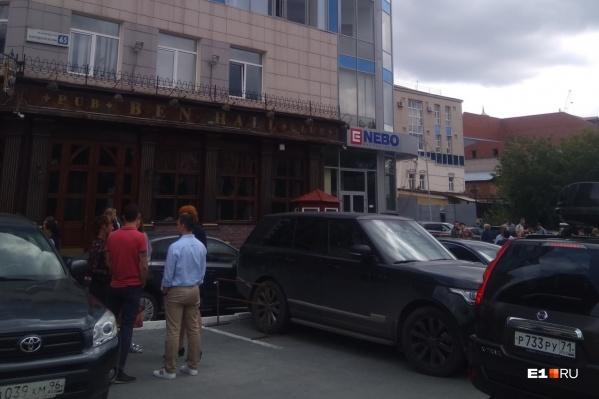 Всех посетителей бизнес-центра вывели на улицу, пока в здании искали бомбу