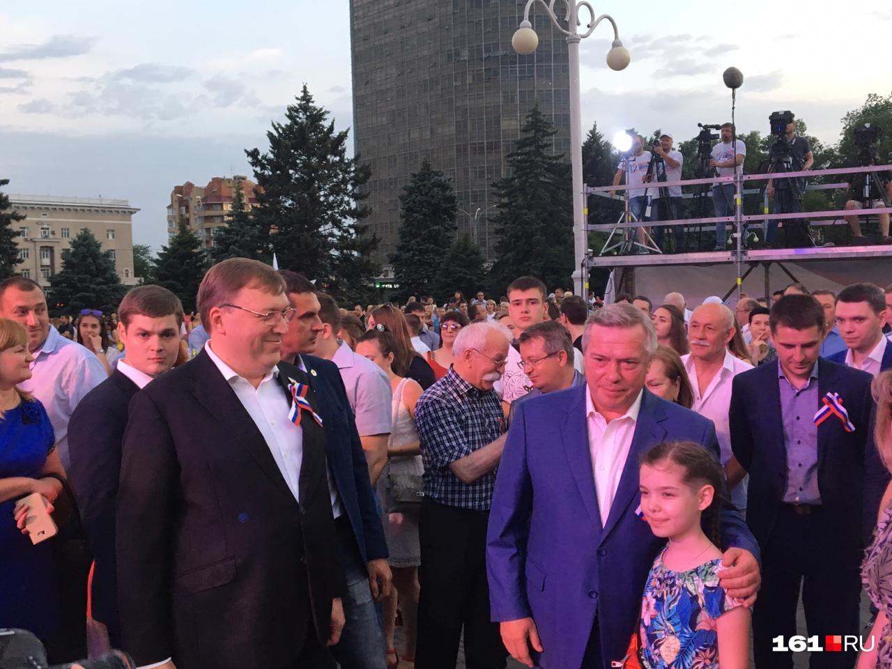 Вечером на Театральную площадь прибыли глава региона Василий Голубев и председатель Заксобрания Ростовской области Александр Ищенко