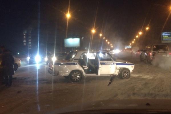 Машина полиции вылетела на середину моста